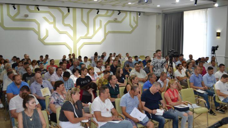 Peste 150 de antreprenori autohtoni interesați de cultivarea alunului în Republica Moldova